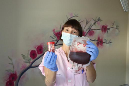 Nieve Clara Mateazzi muestra una de las donaciones de cordón umbilical realizada en Can Misses.