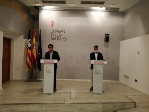 Iago Negueruela, izq, en ruedad de prensa tras el Consell de Govern.