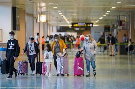 Una familia en el aeropuerto de Ibiza.