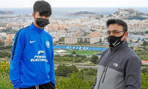 Imad Amaskout y su padre, Mustapha, posan en el mirador de Cas Mut con el estadio de Can Misses en la tarde de ayer.