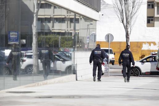 Dos agentes de la Policía Local de Vila en los juzgados de Ibiza.