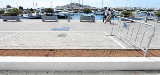 Una pareja pasea ayer por Marina Ibiza en la zona donde se están ejecutando las obras de integración con el paseo Juan Carlos I.