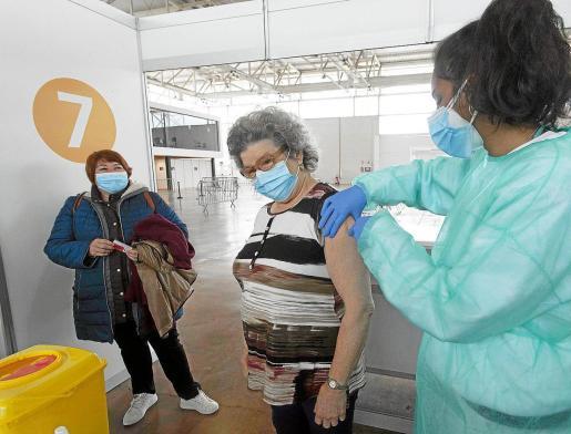 El colectivo de 60 a 69 se vacuna en los puntos masivos.