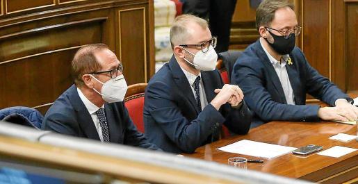 Juan Manuel Lafuente (PP), Juli Dalmau (PSIB) y Josep Castells (Més per Menorca) en el hemiciclo del Congreso. Fueron los encargados de defender la propuesta presentada por el Parlament balear.