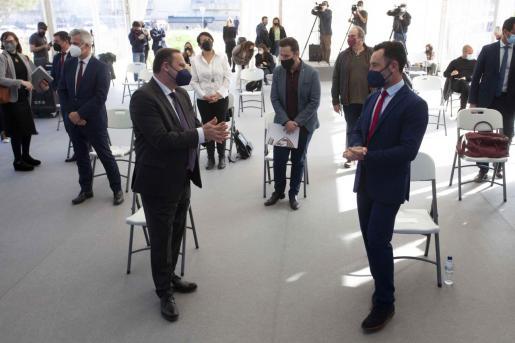 José Luis Ábalos habla con Rafa Ruiz en presencia de Mariano Juan en su última visita a Ibiza.