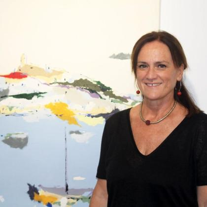 Diana Bustamante, junto a una de sus obras.