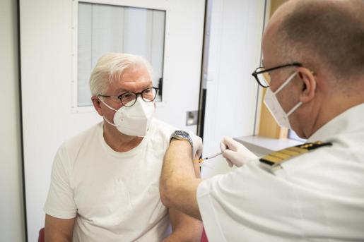 Frank-Walter Steinmeier, presidente de Alemania, recibe la vacuna de AstraZeneca.