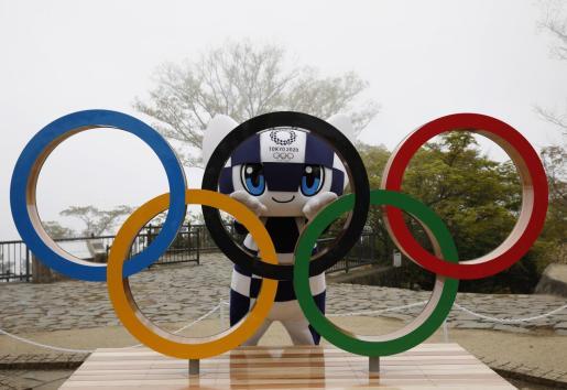 Miraitowa, mascota de los Juegos Olímpicos de Tokio, posa con los aros olímpicos en un acto celebrado este miércoles en la capital japonesa.