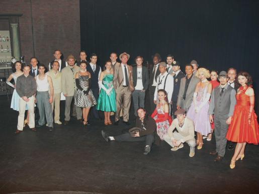 El actor Tom Felton, en el centro, junto al reparto del musical 'Come fly with me'.