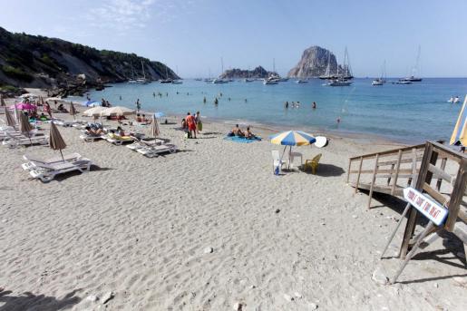 Bañistas en Cala d'Hort durante el pasado verano.