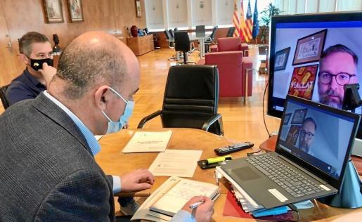 Vicent Marí y Juan Miguel Costa, durante la reunión telemática con el cónsul británico.