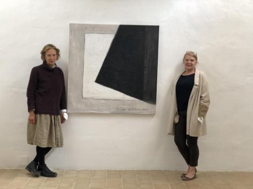 A la izquierda Katja Amicus, propietaria de la Galeria Espacio Micus, junto a la artista María Catalán y una de las obras de la exposición.