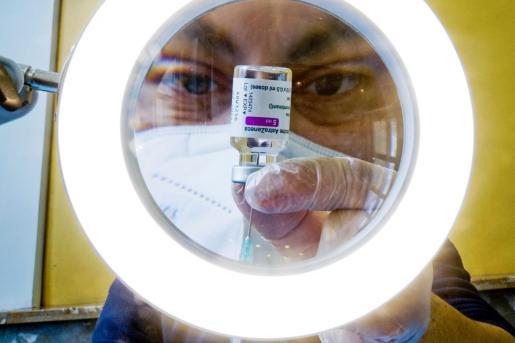 Un sanitario prepara las dosis de la vacuna contra la COVID-19, AstraZeneca.