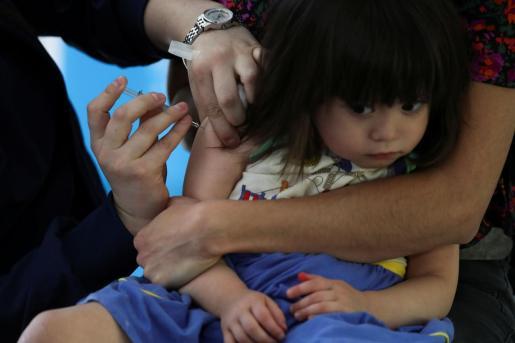 Una niña recibe la vacuna de la gripe en Chile, en plena pandemia de coronavirus.
