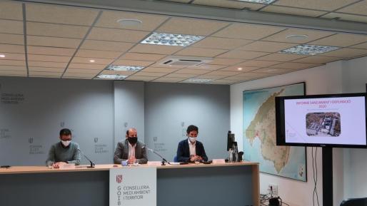 El conseller de Medio Ambiente, Miquel Mir (centro) acompañado de el director de Abaqua, Guillem Rosselló, y el secretario general, Juan Calvo.