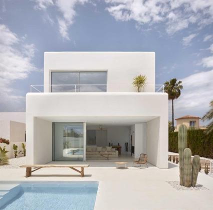 Cada vez es más frecuente que viviendas y edificios industriales o comerciales se reformen con microcemento Ibiza.