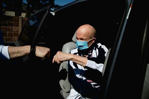 Un hombre con mascarilla en Canadá, donde las autoridades sanitarias han denunciado la fabricación de mascarillas con grafeno.