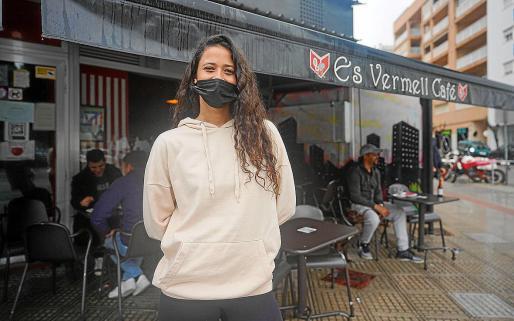 Una empleada de la hostelería en un bar de Ibiza.