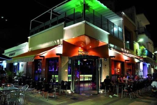 Un bar en una céntrica calle de Sitges.