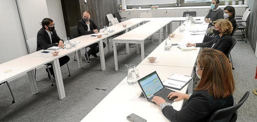 El conseller Negueruela en la reunión con Ana de la Cueva.