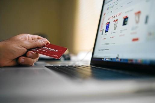 La mitad de la población de Balears -el 52,8%- ha comprado por internet en alguna ocasión en los últimos tres meses.