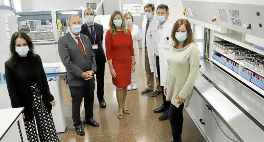 Las autoridades sanitarias junto con la presidenta conocieron las mejoras del laboratorio de Son Llàtzer.