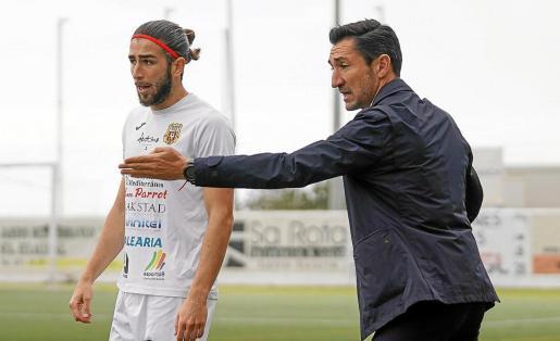 Raúl Casañ, con Andrada cerca de él, da instrucciones durante el partido Peña Deportiva-Hospitalet.