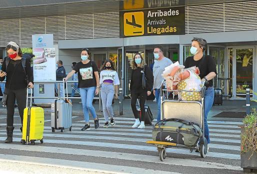 Turistas llegando al aeropuerto de Ibiza.