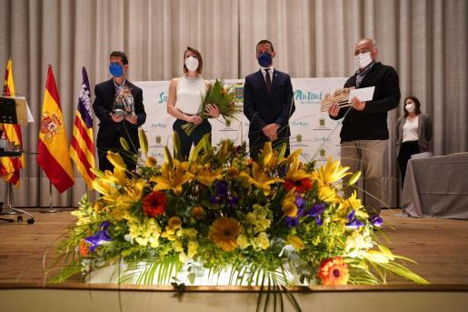 Instante en que Irene Colomar recibe uno de los reconocimientos entregados por el Ayuntamiento de Sant Antoni.