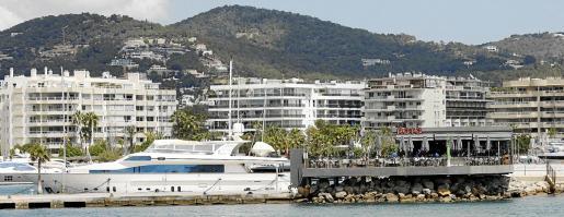 Imagen del restaurante Roto, que se ubica en un extremo del puerto deportivo Marina Ibiza.