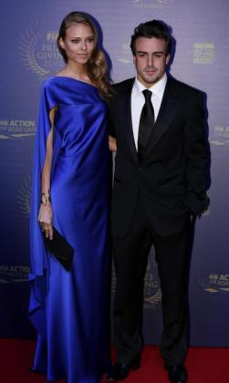 El piloto español de la Fórmula Uno de Ferrari, Fernando Alonso, llega con su mujer, la modelo rusa Dasha Kapustina, a la gala de entrega de premios de la Federación Internacional Automóvil (FIA) en Estambul, Turquía.