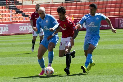 Ekain y Davo presionan a un rival.