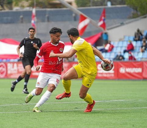 Terán se marcha de Bonilla en la acción que supuso el gol del empate.