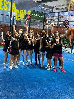 Las jugadoras del Ibiza Pádel Indoor celebran la victoria, ayer en Sevilla.