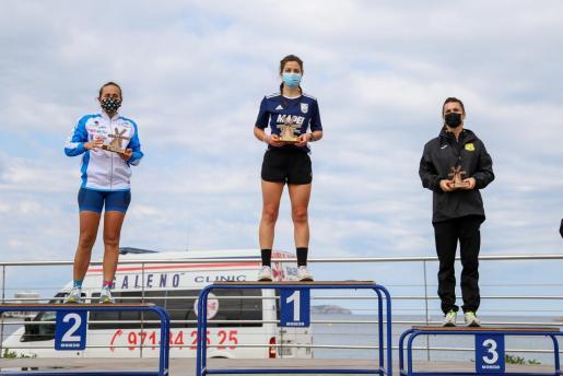 Rebeca Luisa Hernández, Irati Matas y Carolina Gámez, las tres primeras en categoría femenina, posan en el podio.