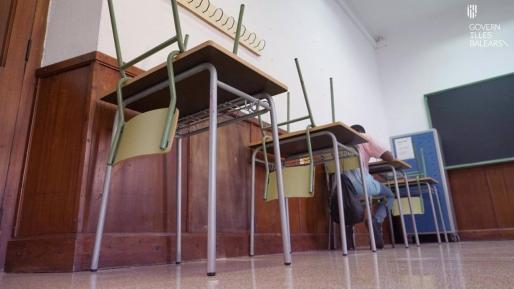 Una aula de Baleares con pupitres vacíos para garantizar las distancias de seguridad a causa del coronavirus.
