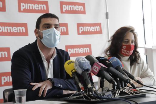 La presidenta de PIMEM-Restauració y el presidente de la Asociación de Restauración Mallorca (Arema), Eugènia Cusí y Jaume Colombás, durante la rueda de prensa.