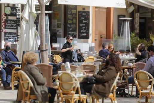 Una imagen de archivo de una terraza de un bar en la Plaza del Parque.
