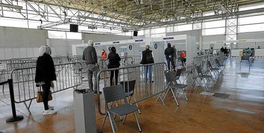 Varias personas esperan para ser vacunadas en el Recinto Ferial.