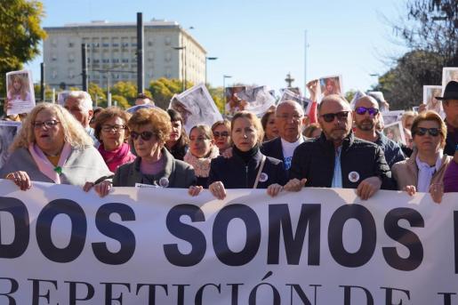 Los padres de la joven, Antonio del Castillo y Eva Casanueva, en la manifestación para exigir la repetición del juicio por el caso Marta del Castillo.
