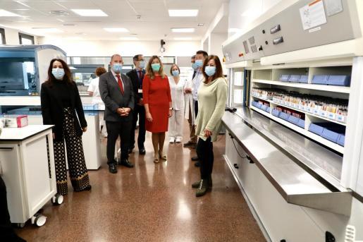 La presidenta Armengol y la secretaria de Estado de Sanidad visitan el laboratorio de Son Llàtzer tras la renovación de su equipamiento.