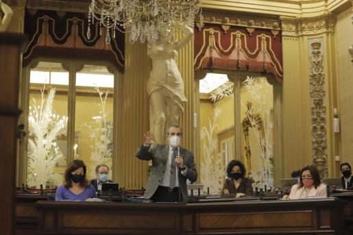 El conseller Yllanes, durante su intervención en el Parlament este martes.