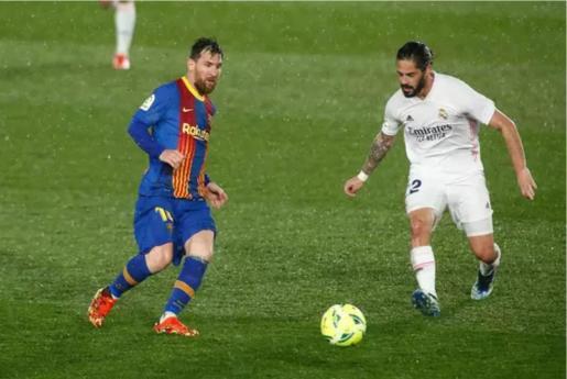 Leo Messi y Francisco 'Isco' Alarcón en el Clásico Real Madrid-FC Barcelona disputado en el Alfredo di Stéfano de la temporada 2020-21. - Oscar J. Barroso / AFP7 / Europa Press