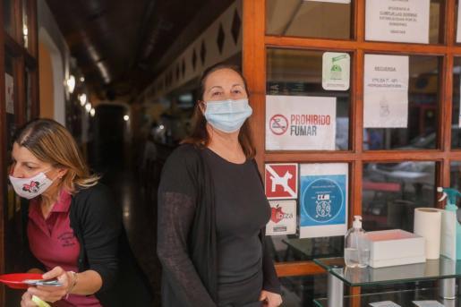 Marisa en la puerta del restaurante Anduriña de Medica que regenta.