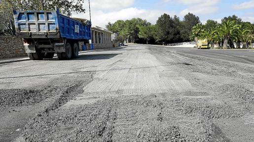 Los trabajos de asfaltado se hicieron a finales de 2020, pero al comprobar que el método usado no era el más efectivo y continuaba siendo peligroso para los usuarios el Consell se ha decantado por una segunda opción más segura.