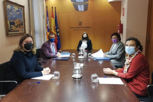 En la firma de los acuerdos han participado la consellera de Presidencia, Función Pública e Igualdad, Mercedes Garrido, la directora del IB-Dona, Maria Durán, y el rector de la UIB, Llorenç Huguet.
