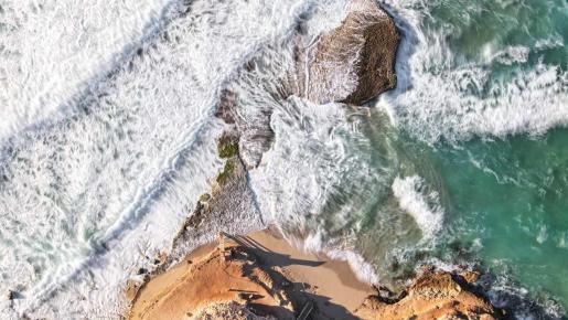 Platges de Comte reluce durante el temporal.