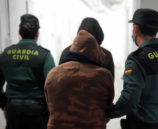 Agentes de la Guardia Civil escolatan a los detenidos.
