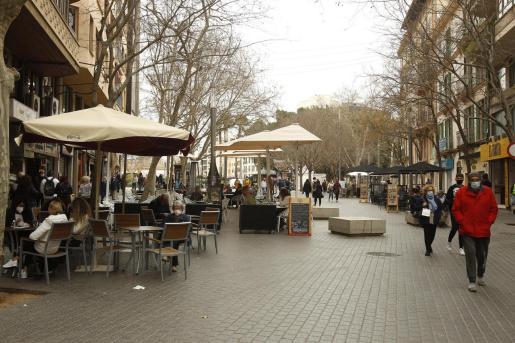 Archivo - La terraza de un bar en Palma. - Isaac Buj - Europa Press - Archivo