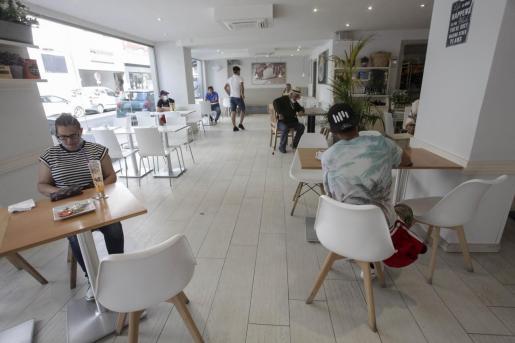 Interior de una cafetería en el centro de Ibiza.